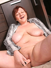 Big ass mature lady playing in the kitchen with her pussy