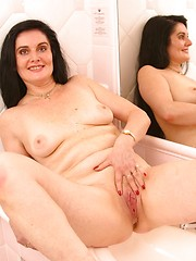 See mature brunette with clearly shaved pussy