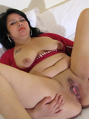 Euro mature demonstrates her smooth pussy