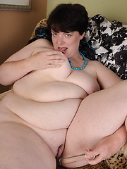 Fat woman likes her smooth pussy