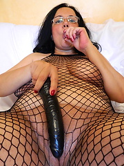 Amazing mature in sexy fishnet body plays her pussy