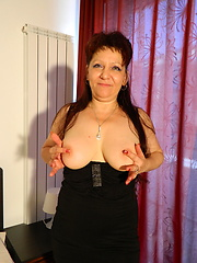Sexy mature in body puts blue dildo into pussy