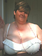 Busty Granny from UK in amateur pics
