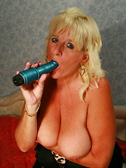 This chubby mama loves her dildo