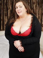 Mature bbw showing her curves