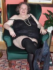 Big mature slut playing with herself