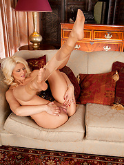 Gorgeous Anilos babe showing off her plump pussy on the couch