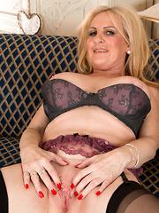 Busty MILF shows off her pretty juicy twat