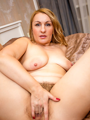 Naughty cougar spreads her legs for a good finger fuck