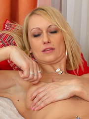 This hot housewife gets ready to play