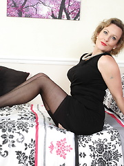 Hot European housewife getting her groove on